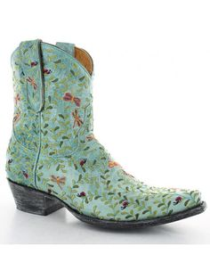 Our cowboy boots bond the time-honored art of handmade boots with a contemporary flair for fashion. Old Gringo Boots are unique, comfortable and made with the highest quality leathers. We add art to footwear using embroidery, Swarovski crystals, stud patt Short Cowboy Boots, Short Boots, Cowgirl Boots, Western Wear, Western Boots, Cowgirl Style, Cowgirl Fashion, Fly Boots, Old Gringo Boots
