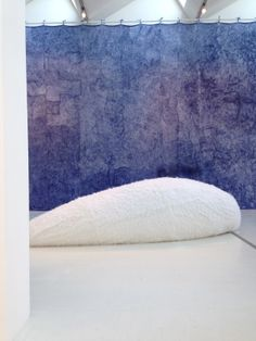 40 anni d'arte contemporanea - Triennale di Milano - NEDKO SOLAKOV grande scultura di peluche, balena bianca di pelo con una bocca piccola ed una luna nella pancia. Per vedere la luna bisogna mettersi carponi e tornare per un po' come dei bambini.