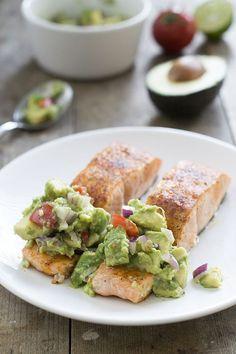 Zalm met avocadosalsa A Food, Good Food, Yummy Food, Healthy Diners, Fish Dishes, Fresh Rolls, Avocado Toast, Guacamole, Bbq