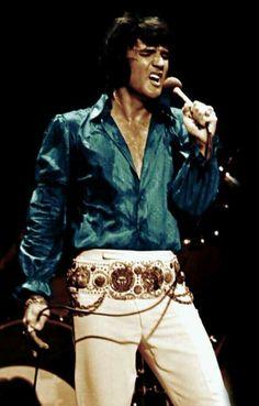 Elvis during his August-September 1972 run at the Las Vegas Hilton. King Elvis Presley, Elvis And Priscilla, Elvis Presley Photos, Lisa Marie Presley, Rock And Roll, Elvis Memorabilia, Tupelo Mississippi, Tennessee, Everything