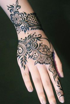 Here in this post we are bringing for you the best and Beautiful Eid Mehndi Designs for Eid-ul-Fitr 2018 that will add radiance in ladies charm and beauty. Eid and Mehndi designs have a relationship between them. Henna Hand Designs, Eid Mehndi Designs, Khafif Mehndi Design, Latest Henna Designs, Simple Arabic Mehndi Designs, Mehndi Designs For Girls, Mehndi Design Pictures, Beautiful Mehndi Design, Henna Tattoo Designs