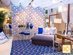 O painel inspirado na azulejaria portuguesa, remete a forte ligação da cantora com Portugal. As almofadas exclusivas também foram estampadas com essa inspiração. Todo o mobiliário conta com tecidos de textura natural para maior aconchego. A poltrona em tons de degradês azuis é iluminada por uma luminária coluna, com base em madeira, acrescentando charme e conforto para a varanda.  Projeto com Ninfa Canedo. #ProjetodeArquitetura #Arquitetura #Decor #Varanda #MostraCasaCor #KarlaOliveira