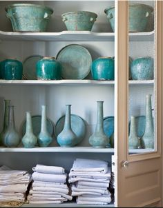 Aqua and turquoise pottery with distressed glaze exposing hints of tan clay - Campagne et Decoration