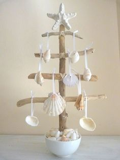 Check Out 27 Impressive Beach Christmas Decor Ideas. Beach or coastal Christmas is a rather non-typical thing, unusual and original. Seashell Crafts, Beach Crafts, Seashell Art, Starfish, Seashell Ornaments, Seashell Projects, Diy Crafts, Tree Crafts, Summer Crafts