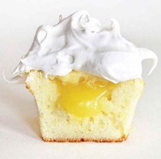 Spoil your friends with these delicious Vanilla Cupcakes with Lemon Filling and Meringue Frosting! -doing a take on banana cream pie cupcakes Lemon Meringue Cupcakes Recipe, Meringue Frosting, Yummy Cupcakes, Cupcake Recipes, Cupcake Cakes, Dessert Recipes, Vanilla Cupcakes, Lemon Cupcakes, Meringue Pie