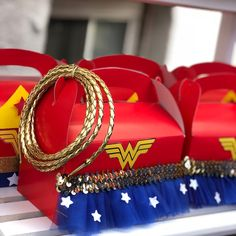 ❤️💛💙𝕎𝕠𝕟𝕕𝕖𝕣𝕗𝕦𝕝❤️💛💙Every now and then I like to pick up my glue gun and get crafty ☺️ Tutu treat boxes done by yours truly Swipe left ➡️ Superman and Wonder Woman favor boxes by . Wonder Woman Wedding, Wonder Woman Birthday, Wonder Woman Party, Birthday Woman, Wonder Woman Logo, Superman Birthday Party, Girl Superhero Party, Superhero Baby Shower, 5th Birthday