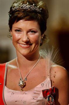 Prinsesse Märtha Louise, august 2001, Kronprinsbryllupet. Kong Olavs gave tiara.