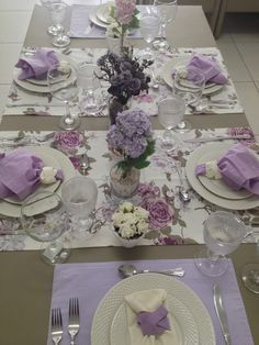 NOTE how 2 runners cross table horizontally. 2 coordinating place mats fill the ends of the table. Ribbons for napkin rings vary with runner/mat below the plate.― 「Nada como uma mesa elegante para receber convidados, não é mesmo? Dining Room Sets, Dining Room Table, Purple Table Settings, Beautiful Table Settings, Christmas Table Decorations, Decoration Table, Table Violet, Elegant Table, Table Arrangements