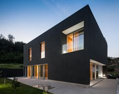 Stunning House Penafiel Graciana Oliveira Design Exterior with Open Terrace Applied Granite Floor and Black Wall, Beautiful Architecture, Contemporary Architecture, Contemporary Design, Modern Design, Residential Architecture, Interior Architecture, House With Balcony, Design Exterior, Property Design