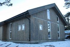 «Jotun Fjellgrå», med beistypen Tjæralin. Den ble tynnet ut med 25% white spirit for å få fram gløden og mønsteret i treverket.