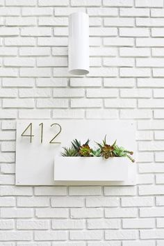 Modern House Number Planter 2019 Modern house numbers and planter The post Modern House Number Planter 2019 appeared first on House ideas. Deco Cool, Decoration Entree, Beautiful Mess, Deco Design, House Front, Front Porch, Diy Planters, Planter Ideas, Porch Planter