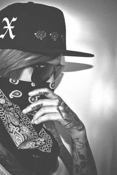 Dreamy Photography, Boy Photography Poses, Estilo Chola, Mangas Tattoo, Girl Gang Aesthetic, Chola Girl, Fille Gangsta, Cross Tattoos For Women, Money Girl