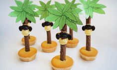 Place the cookies upright in the cupcakes and then attach the monkey heads with edible . Jungle Cupcakes, Fun Cupcakes, Birthday Cupcakes, Wedding Cupcakes, Kids Birthday Treats, Boy Birthday, Disney Cars Party, Ramadan Crafts, Little Presents