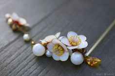 簪(かんざし)作家 榮 -sakae- 2011年 白梅 簪「零れ梅」  (Japanese hair accessory -Kanzashi- by Sakae, Japan http://sakaefly.exblog.jp/)