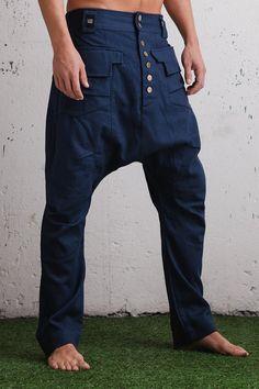 VALO YÖ  Ajout dimpress à nimporte quel look street urbain avec ses découpes uniques et poches asymétriques ces pantalons sont une vraie chef-turner ! VALO YÖ pantalon flatte tenues à la fois décontractés et plus chics car ils sont mince et élégant. Ils viennent dans deux couleurs ; bleu marine élégant noir et accrocheur et sont à la fois faites de doux et robuste 100 % toile de coton. La taille a élastique sur le dos donc il sétend confortablement.  Toile est un tissu teint extrêmement…