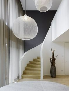 Lampen fr hohe decken staircase contemporary with transparente vorhänge große fensterfront graue bodenvase Source by Stair Lighting, Cool Lighting, Modern Lighting, Lighting Ideas, Staircase Contemporary, Contemporary Bedroom, Modern Stairs, Country Modern Home, Furniture Stores Nyc