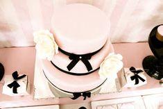 Que graça esse Chá de Fraldas para meninas!!! As cores rosa e preto deram um toque de elegancia na decoração. Um encanto amei!!!! Pode até u...