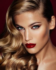 Charlotte Tilbury Launches in the U. As the world's number one make-up artist, Charlotte Tilbury understands the power of make-up like no-one else. Maquillage Charlotte Tilbury, Charlotte Tilbury Makeup, Charlotte Tilbury Looks, Beauty Make-up, Beauty Hacks, Hair Beauty, Blush Beauty, Allure Beauty, Beauty Secrets