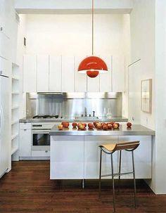 Más ideas de toques de color en una cocina blanca.