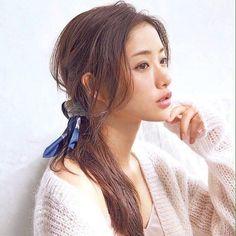石原さとみ効果で大ブーム♡上品にキマるスカーフヘアアレンジ8選 - Locari(ロカリ)