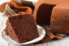 Рецепт шифонового шоколадного бисквита в мультиварке  Шифоновый бисквит имеет особую нежную, влажную, рассыпчатую, лёгкую структуру. В состав шифоновых бисквитов обязательно входит растительное масло и разрыхлитель, что делает бисквит особенно нежным и влажным, а шоколадный шифоновый бисквит выходит ещё и очень ароматным, ведь в его состав входит какао и кофе.  Форму для выпечки шифонового бисквита не смазывают. Охлаждать такой бисквит надо в форме, перевернув её вверх дном.
