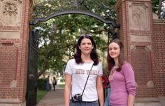Watching Gilmore Girls: A Year in the Life has us reminiscing about what made us love onscreen mother-daughter duo Rory and Lorelai Gilmore so much to begin Rory Gilmore, Watch Gilmore Girls, Gilmore Girls Quotes, Tv Shows Like Friends, Gilmore Girls Fashion, Glimore Girls, Girl Quotes, Role Models, Girl Fashion