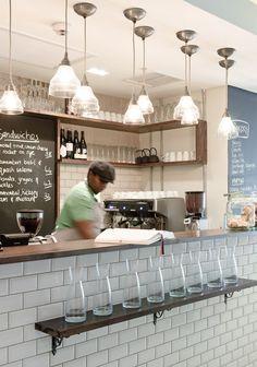 Dear Me é uma brasserie que abriu no início deste ano em Cape Town e elegantemente decorado por François du Plessis.