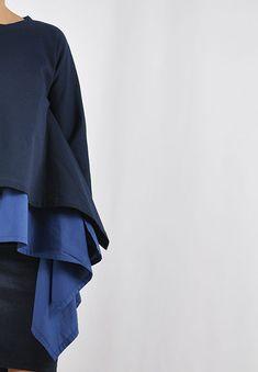 Durch das Schnittmuster, dass an geometrische Formen erinnert, ergibt sich ein wunderbarer Fall. Das Top kann aus Webware als Langarmshirt, aber auch aus Sweat oder Strick als Pullover genäht werden. Ich nähe am liebsten zu weiten Shirts gleich einen passenden Sweater dazu, dann habe ich gleich mehrere Outfitkombinationen. Lagenlook integriert sich super in die Capsule Wardrobe. Capsule Wardrobe, Bell Sleeves, Bell Sleeve Top, Super, Outfit, Ruffle Blouse, Tops, Shirts, Women