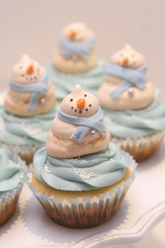 Little meringue snowmen cupcakes, yummy!
