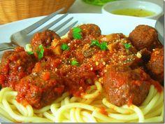 spaghettis aux boulettes de viande hachee sauce tomate et champignon. http://mesinspirationsculinaires.over-blog.com/article-spaghettis-aux-boulettes-et-champignons-110101099.html