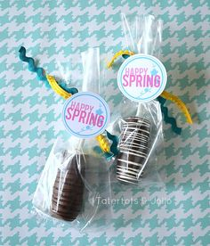 12 FREE Spring Printables and how to Make Disneyland Marshmallow Caramel Chocolate Pops! - Tatertots and Jello Free Happy Spring Labels in three different colors at Tatertots and Jello Marshmallow caramel pops Chocolate Pops, Chocolate Caramels, Chocolate Covered, Recipes With Marshmallows, Homemade Marshmallows, Marshmallow Pops, Marshmellow Ideas, Easter Printables, Free Printables