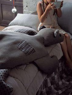 Edredon pour enfant, en forme d'ours cousu en lainage, chanvre et lin gris et à pois