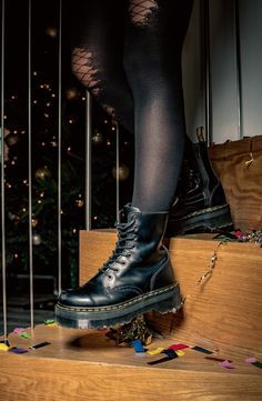 Doc Martens have been in style for almost 60 years, discover what made them so popular. We also discuss how to wear them in style! Dr. Martens, Botas Doc Martens, Red Doc Martens, Dr Martens Jadon, Grunge Style, Soft Grunge, Doc Martens Outfit, Galaxy Converse, Grunge Outfits
