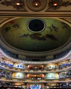 """484 curtidas, 13 comentários - Por Diana Schrok (@historiasdadi) no Instagram: """"Vocês conhecem a Livraria El Ateneo em Buenos Aires! Um antigo teatro que hoje é ocupado por uma…"""""""
