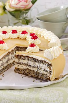 Mohntorte mit Marzipan The poppy seed cake is a classic as it is in the baking book. Filled with whipped cream and sweet marzipan on top, nobody can resist her. Fast Easy Meals, Fun Easy Recipes, Cheap Meals, Marzipan Recipe, Marzipan Cake, Baking Recipes, Cake Recipes, Dessert Recipes, Food Cakes
