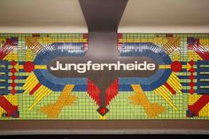 Alphabetisch sortieren… Nee! Die Fotografin Lauren Lemon aus Los Angeles hat die Berlin U-bahnstationen per Farbe sortiert: »Riding the trains during my very first visit to Berlin I instantly became obsessed with the colorful underground metro stations…« http://photolauren.com/u-bahn