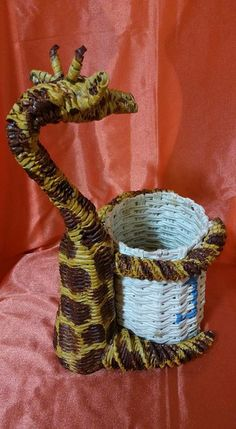 ♥Matina try project Willow Weaving, Basket Weaving, Diy And Crafts, Arts And Crafts, Paper Weaving, Waste Paper, Newspaper Crafts, Paper Folding, Baskets On Wall