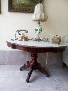 Γαλλικό Τραπέζι με μάρμαρο στην επιφάνεια διαστάσεων 1,20 μήκος 0,70 πλάτος 0,68 ύψος