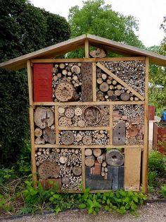 Je vous explique l'intérêt d'avoir un hôtel à insectes dans son jardin, les éléments qui le composent et comment le construire, avec des photos de réalisations.