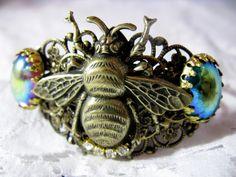 Bracelet filigrané bronze ajustable.Grosse applique bronze,véritable cabochons vintage (1950/1960).Cristal autrichien.Vendue dans une pochette cadeau. Steampunk, Bee Jewelry, Cabochons, Victorian Jewelry, Bracelets, Applique, Bronze, Etsy, Vintage