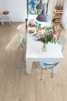 Quick-Step Laminate Flooring - Largo 'Dominicano oak natural' (LPU1622) in a modern dining room. To find more dining room inspiration, visit our website: https://www.quick-step.co.uk/en-gb/room-types/choose-the-perfect-dining-room-flooring #salleamanger #eetkamer