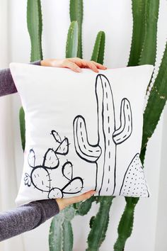 Outline Pillow DIY - A Beautiful Mess Cactus Outline Pillow DIY-template included! (click through for tutorial)Cactus Outline Pillow DIY-template included! (click through for tutorial) Wine Bottle Crafts, Mason Jar Crafts, Mason Jar Diy, Diy Hanging Shelves, Diy Wall Shelves, Cactus Outline, Diy Pillows, Throw Pillows, Cushions