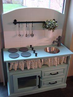 Mijn zelfgemaakte keuken van een oude tv-kast. Het kraantje heb ik zelf gemaakt uit hout en kan echt draaien :-)