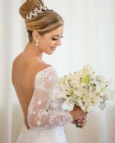 Como não amar o que eu faço??? ✂️������ Ficou muito lindaaaaaa a noivinha @laiscarius  Feito com muito amor e carinho, um vestido que ela sempre sonhou e desejou ��✂️�� Beleza @aloanlopes  Fotografia @clavello  #noiva #noivadida #noivadaroberta #amo #love #casamento #vestidosobmedida #sobmedida #dress #noivas2017 #Lais #inlove http://misstagram.com/ipost/1538797992634358657/?code=BVa6J8UDhuB