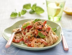 Hvidløgsmarinerede rejer med pasta og hvidvinssauce  Uhm! Lækre tigerrejer fra Familie Journals Slankeklub