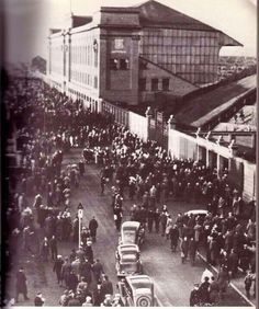 Rangers 2 Moscow Dynamo 2 in Nov 1945 at Ibrox. The street outside Ibrox where thousands couldn't get in Rangers Football, Rangers Fc, Orange Order, Paisley Scotland, Glasgow Scotland, Football Pictures, Football Stadiums, Great Britain, Dolores Park