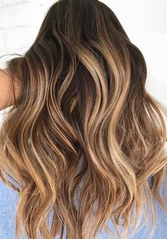Find and save from here the amazing honey blonde hair color ideas to show off in 2018. These are fresh, gorgeous and elegant hair colors for ladies to express their beauty. You just have to see here how to select these amazing hair colors for coolest hair look.