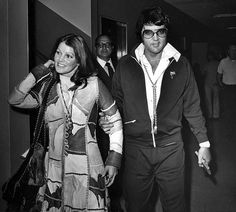 October Elvis and Priscilla Presley leave L. County Superior Court in Santa Monica after the judge grants them a divorce. They emerged arm in arm and Elvis gave her a friendly kiss before driving off. A million dollar settlement was reached. Priscilla Presley, Lisa Marie Presley, Elvis Und Priscilla, Elvis Presley Family, Tennessee, 1. Mai, Getting Divorced, Thing 1, Thats The Way