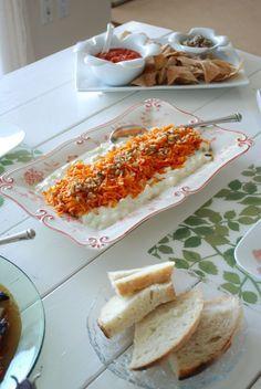 Ve bu cooook guzel bir salata , hem besleyici , hem lezzetli hem ikramlik tadina doyamayacaksiniz. Ben cok sevdim, tam elma mevsiminde sizinde denemenizi tavsiye ediyorum. Burada yabani elma agaclarindan topladigim elmalari bazilarini recel yaptim. Cok guzel oldular, fakat buDevamı... Turkish Salad, Turkish Recipes, Ethnic Recipes, Health Dinner, Nutrition, Food Presentation, Hot Dog Buns, Good Food, Food And Drink