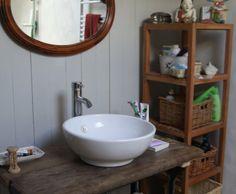 Salle de bains dans un esprit rustique // http://www.deco.fr/photo-deco/decoration-salle-de-bains_bois_table/